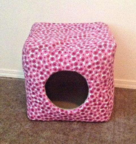 домик в форме куба из белой ткани в мелкий тёмно-розовый цветок с круглым входом