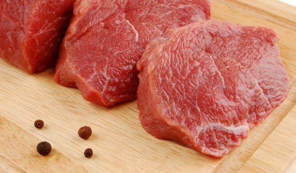 Мясо на деревянной доске
