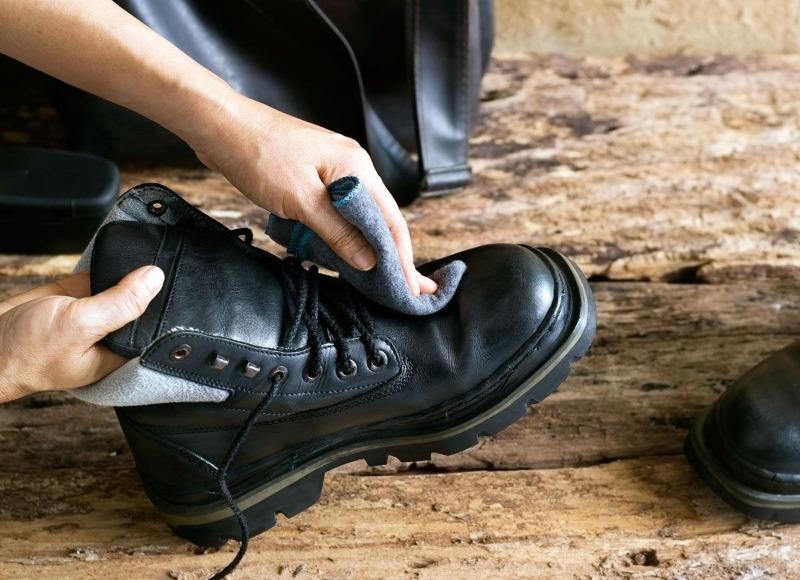 Зачем хитрые хозяйки кладут кусочек мыла в обувь мужа